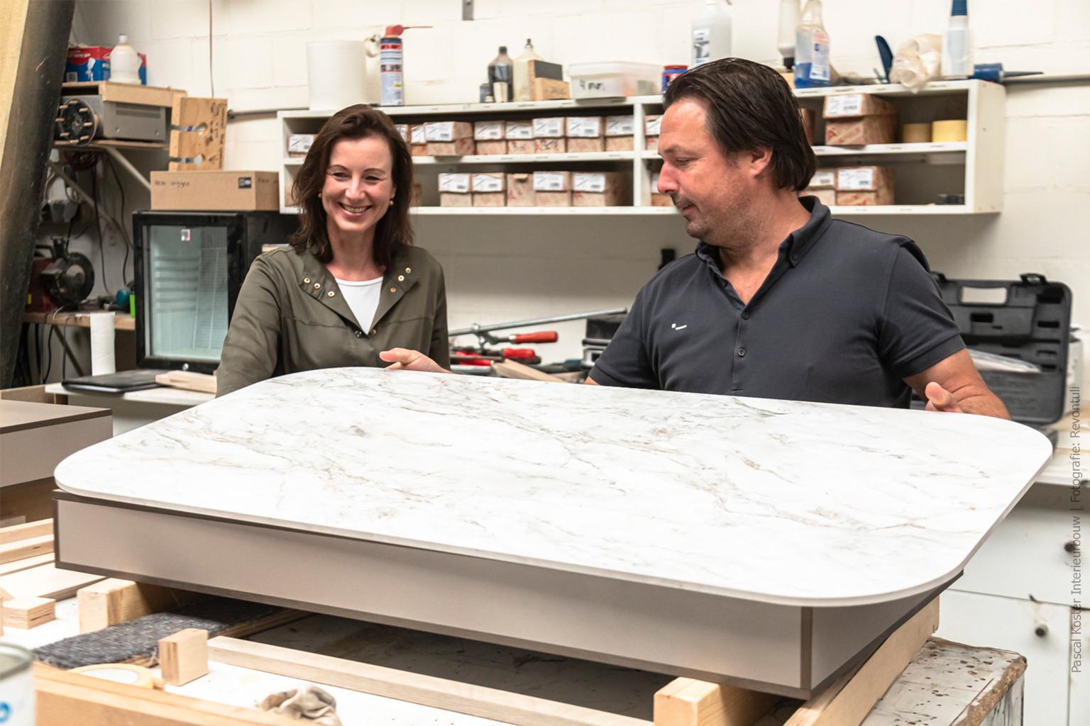 Juliëtte en Pascal in de werkplaats van Pascal Koster Interieurbouw