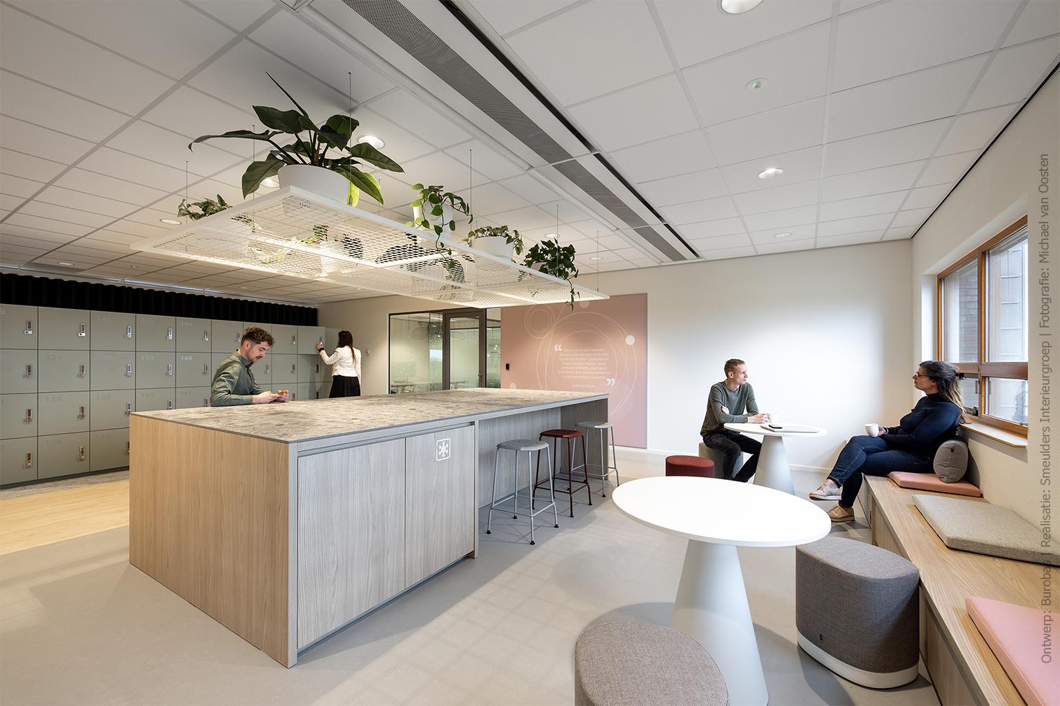 Werkplek met hoge tafel en banken